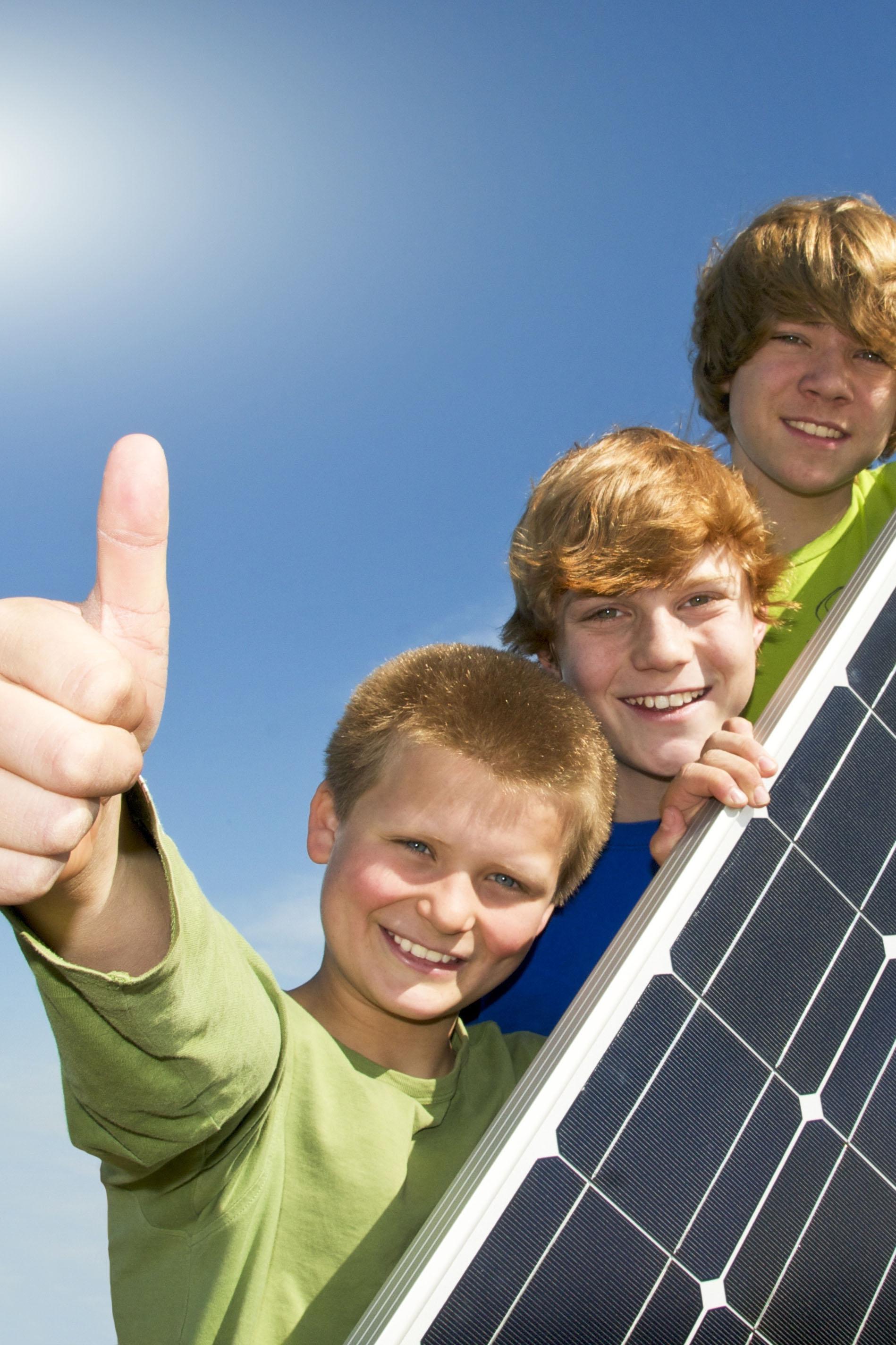 Solaranlage mit drei Jungs